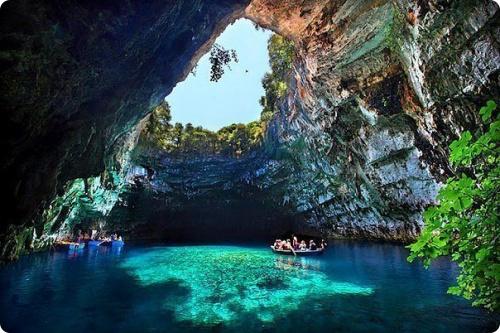 Греция: Озеро в пещере Мелиссани, остров Кефалония
